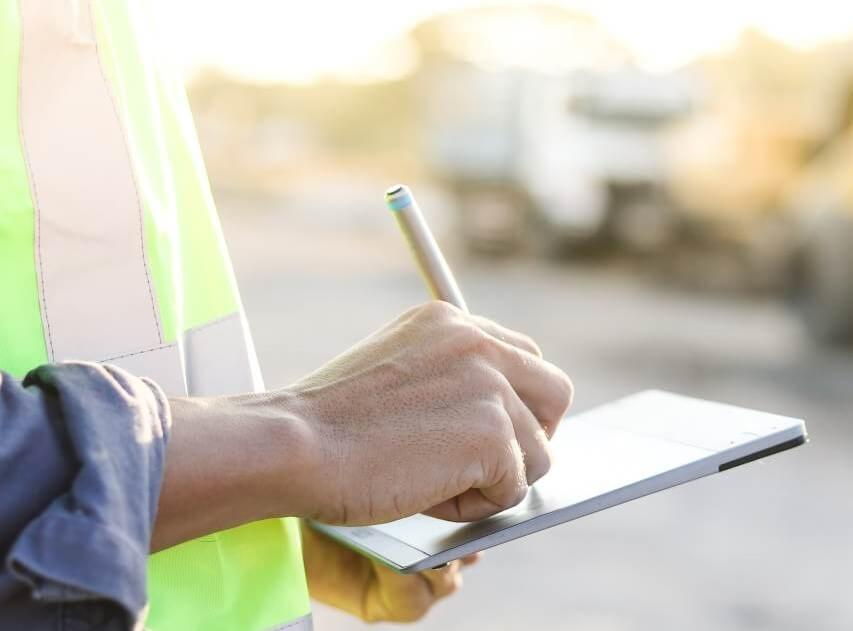 Construction-worker-using-ipad-2